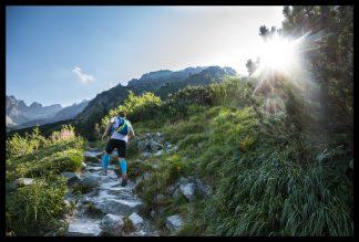 Východ slunce v Tatrách při závodě Tatranská Šelma Ultra. Prodej fotoobrazů Dlouhá Trať, Fotograf Lukáš Budínský, podpora Mamma HELP