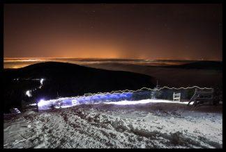 Noční had běžců na Lysou Horu, Prodej fotoobrazů Dlouhá Trať, Fotograf Lukáš Budínský, podpora Mamma HELP