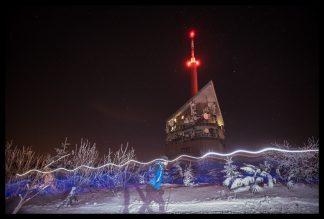 Noční běžec na Lysé Hoře, Prodej fotoobrazů Dlouhá Trať, Fotograf Lukáš Budínský, podpora Mamma HELP